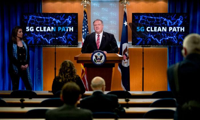 El Secretario de Estado Mike Pompeo habla en una conferencia de prensa en el Departamento de Estado en Washington el 29 de abril de 2020. (Andrew Harnik/POOL/AFP vía Getty Images)