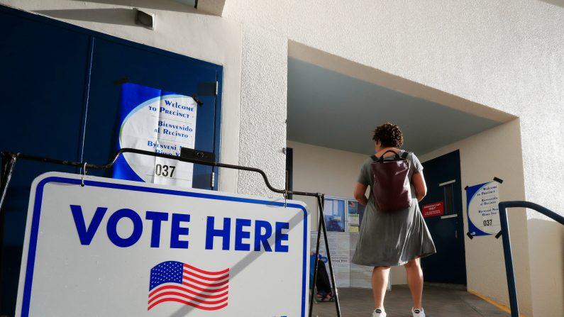 Una votante llega a su centro de votación durante las primarias presidenciales de Florida el 17 de marzo de 2020 en el Miami Beach City Hall en Miami Beach, Florida. (Cliff Hawkins/Getty Images)