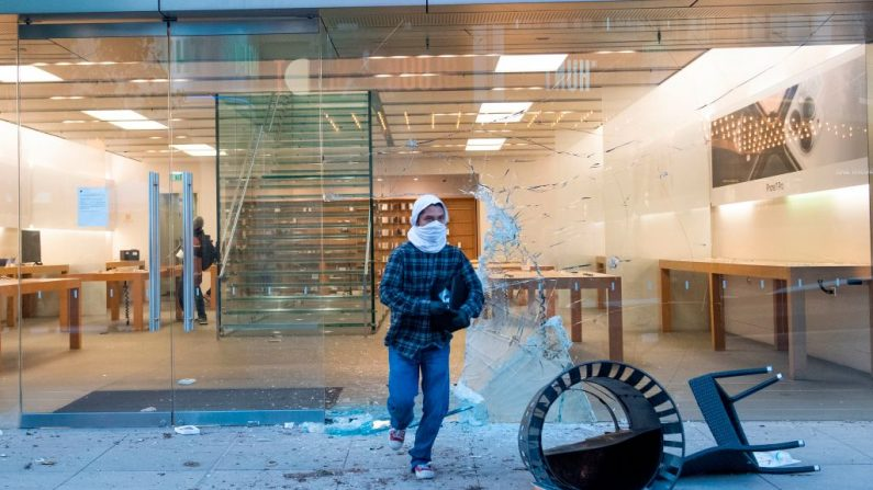 Se ve a personas saqueando la tienda Apple, en el centro comercial Grove, en el distrito de Fairfax de Los Ángeles, el 30 de mayo de 2020. (VALERIE MACON/AFP a través de Getty Images).