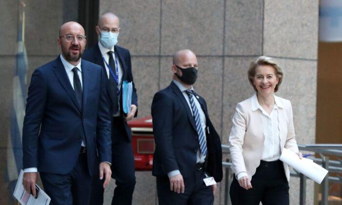 El presidente del Consejo Europeo, Charles Michel (iz) ,y la presidenta de la Comisión Europea Ursula von der Leyen llegan para asistir a una conferencia de prensa en Bruselas el 22 de junio de 2020. (Yves Herman/POOL/AFP a través de Getty Images)