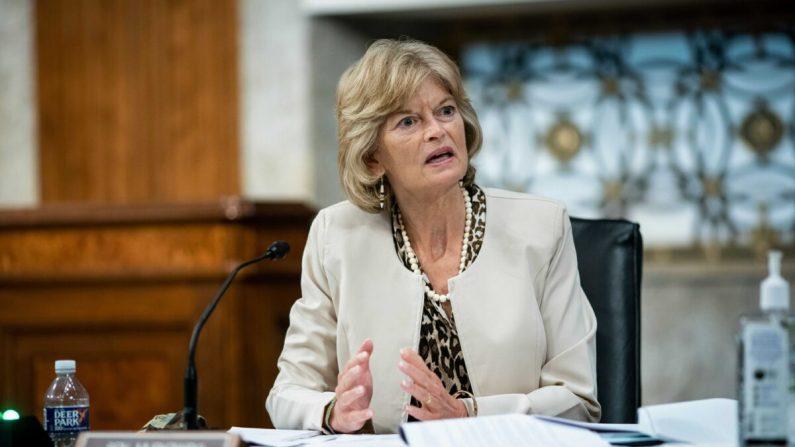 La senadora Lisa Murkowski (R-Ala.) durante una audiencia del Comité Senatorial de Salud, Educación, Trabajo y Pensiones en Washington el 30 de junio de 2020. (Al Drago/AFP a través de Getty Images)