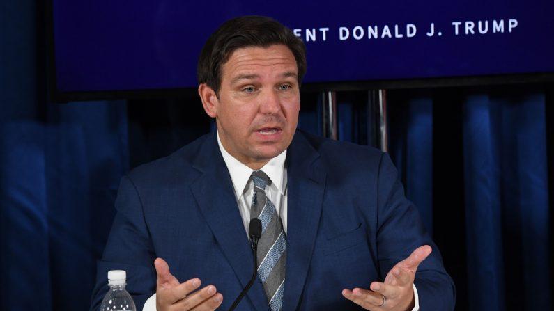 El gobernador de Florida, Ron DeSantis, durante una mesa redonda sobre la COVID-19 en Belleair, Florida, el 31 de julio de 2020. (SAUL LOEB/AFP a través de Getty Images)