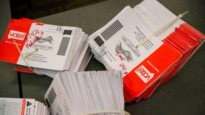 Los sobres de boletas esperan ser almacenados en la sede de las elecciones del condado de King el 4 de agosto de 2020 en Renton, Washington. (David Ryder/Getty Images)