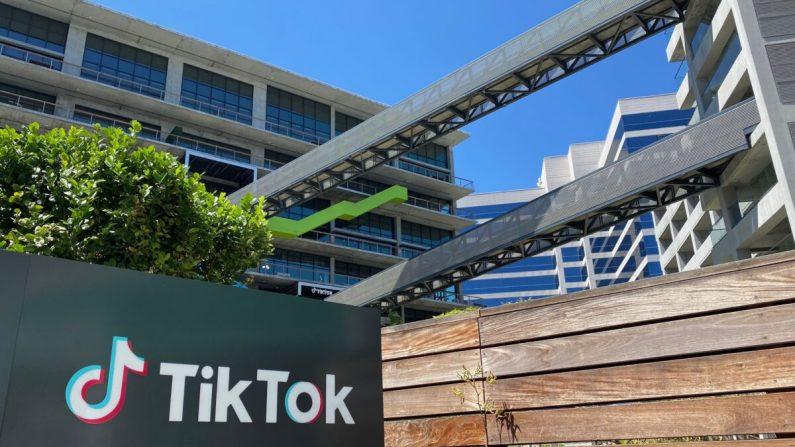 El logo de la app china de videos TikTok se ve en un costado del nuevo espacio de oficinas de la compañía en el campus C3 de Culver City, en el oeste de Los Ángeles, California, el 11 de agosto de 2020. (CHRIS DELMAS/AFP vía Getty Images)