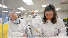 Reanudan ensayos de vacuna de AstraZeneca en Reino Unido luego que regulador diera luz verde