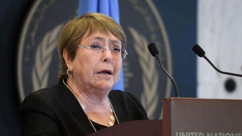 La alta comisionada de las Naciones Unidas para los Derechos Humanos, Michelle Bachelet, habla en el Día Mundial de la Asistencia Humanitaria de 2020, dedicado a reconocer al personal humanitario y a quienes han perdido la vida trabajando por causas humanitarias, en las oficinas de las Naciones Unidas en Ginebra (Suiza) el 19 de agosto de 2020. (Foto de FABRICE COFFRINI/AFP vía Getty Images)