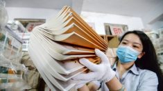 Libro de texto chino altera pasaje de la Biblia: dice que Jesús apedreó a una mujer hasta la muerte