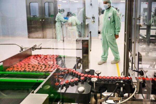 Un técnico de laboratorio supervisa la producción y el suministro a gran escala de una vacuna candidata COVID-19, en la planta de fabricación de productos biológicos Catalent, en Anagni, al sureste de Roma, el 11 de septiembre de 2020. (Vincenzo PINTO/AFP a través de Getty Images)