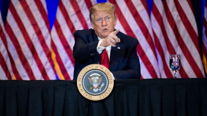 El presidente de Estados Unidos Donald Trump habla durante una mesa redonda de la Coalición Latinos por Trump en el Treasure Island Hotel y Casino el 13 de septiembre de 2020, en Las Vegas, Nevada. (Foto de BRENDAN SMIALOWSKI/AFP a través de Getty Images)