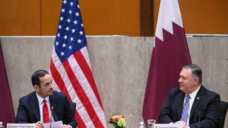 El secretario de Estado de EE. UU., Mike Pompeo (der.), da la bienvenida al viceprimer ministro de Qatars, Mohammed bin Abdulrahman Al Thani, para lanzar el tercer Diálogo Estratégico anual entre EE. UU. y Qatar en el Departamento de Estado en Washington, DC el 14 de septiembre de 2020. (ERIN SCOTT/ POOL/AFP a través de Getty Images)