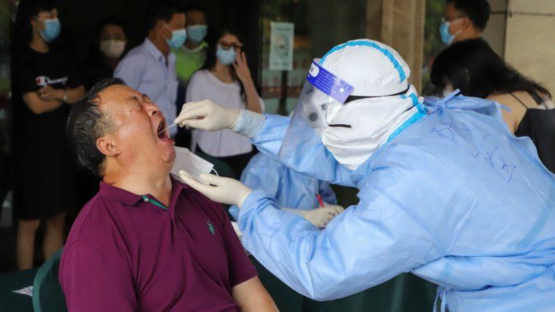 Un residente se somete a pruebas de detección de COVID-19 en Ruili, en la provincia de Yunnan, suroeste de China, el 15 de septiembre de 2020 (STR/AFP a través de Getty Images)