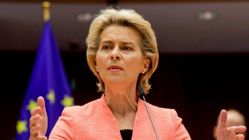 La presidenta de la Comisión Europea, Ursula Von Der Leyen, pronuncia su primer discurso sobre el Estado de la Unión durante una sesión plenaria en el Parlamento Europeo en Bruselas, el 16 de septiembre de 2020. (Foto de OLIVIER HOSLET/POOL/AFP vía Getty Images)