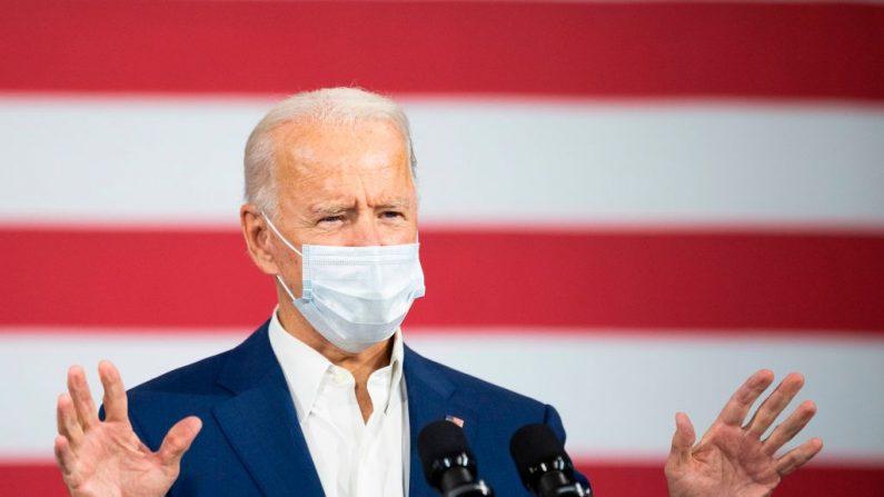 El candidato presidencial demócrata Joe Biden pronuncia un discurso en una fábrica de aluminio en Manitowoc, Wisconsin, el 21 de septiembre de 2020. (JIM WATSON/AFP vía Getty Images)