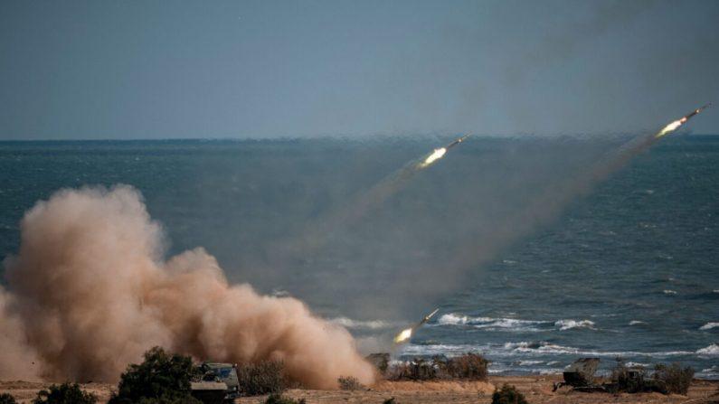 """Las tropas de China, Rusia, Irán, Pakistán y Myanmar lanzan cohetes desde sistemas de misiles durante los simulacros militares """"Cáucaso-2020"""" en el rango de Turali en la costa del Mar Caspio en la República de Daguestán en el sur de Rusia el 23 de septiembre de 2020. (DIMITAR DILKOFF/AFP a través de Getty Images)"""
