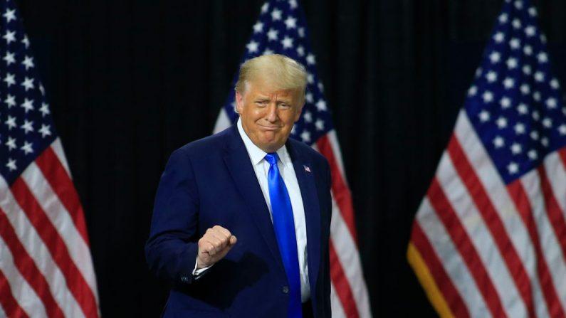 El presidente de los Estados Unidos Donald Trump llega al escenario para hacer comentarios sobre sus políticas de salud el 24 de septiembre de 2020 en Charlotte, Carolina del Norte (EE.UU.). (Foto de Brian Blanco/Getty Images)