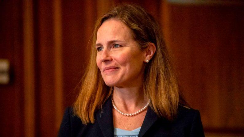 La jueza nominada a la Corte Suprema, Amy Coney Barrett, se reúne con el senador republicano de Carolina del Sur, Tim Scott, en el Capitolio de Estados Unidos, el 30 de septiembre de 2020, en Washington, D.C. (BONNIE CASH/POOL/AFP vía Getty Images)
