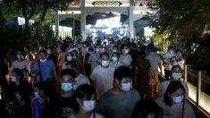 Wuhan: algunos sospechan de rebrote del virus por largas colas en hospitales y cierres de apartamentos