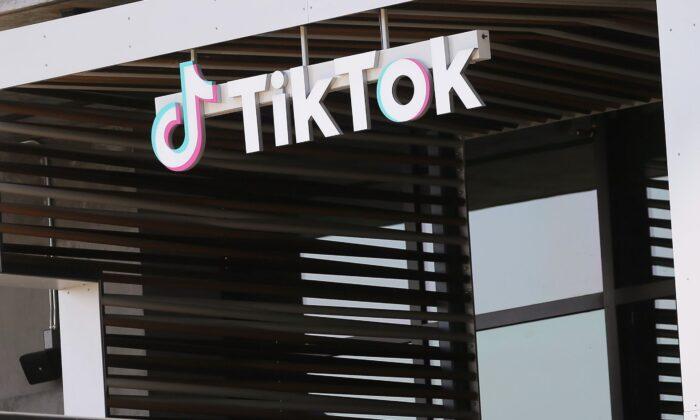 El logotipo de TikTok se muestra afuera de una oficina de TikTok en Culver City, California (EE.UU.), el 27 de agosto de 2020 (Mario Tama/Getty Images)