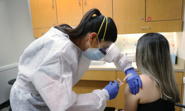 Una enfermera le administra una vacuna contra la gripe a una mujer en una farmacia CVS en Key Biscayne, Florida, el 3 de septiembre de 2020. (Joe Raedle/Getty Images)