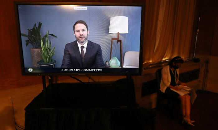 El presidente de Google para las asociaciones globales y el desarrollo corporativo, Donald Harrison, testifica a través de un video en vivo ante el subcomité judicial del Senado durante una audiencia en el edificio de oficinas del Senado de Hart en el Capitolio de Washington el 15 de septiembre de 2020. (Chip Somodevilla/Getty Images)
