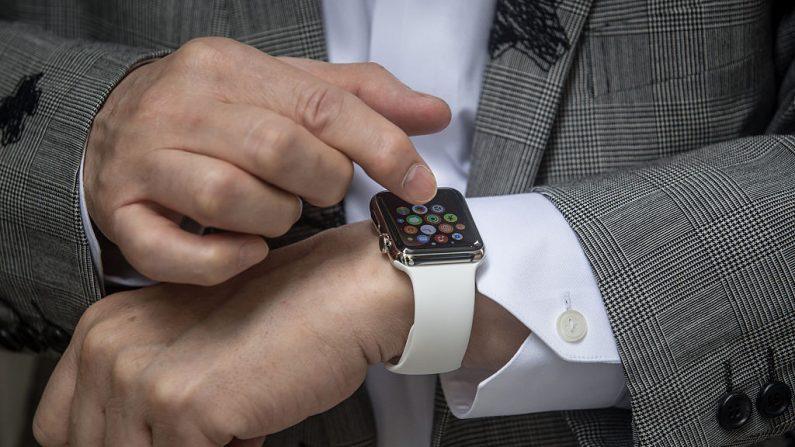 Un hombre muestra su reloj Apple Watch fuera de la tienda boutique, Dover Street Market Ginza el 24 de abril de 2015 en Tokio, Japón. (Foto de Chris McGrath/Getty Images)