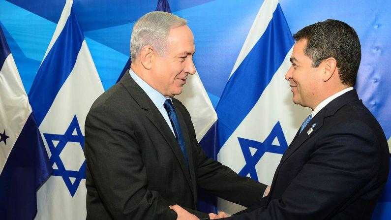 En esta foto proporcionada por la Oficina de Prensa del Gobierno de Israel, el primer ministro israelí Benjamín Netanyahu se reúne con Juan Orlando Hernández, presidente de la República de Honduras el 29 de octubre de 2015 en Jerusalén, Israel. (Foto de Kobi Gideon /GPO vía Getty Images)