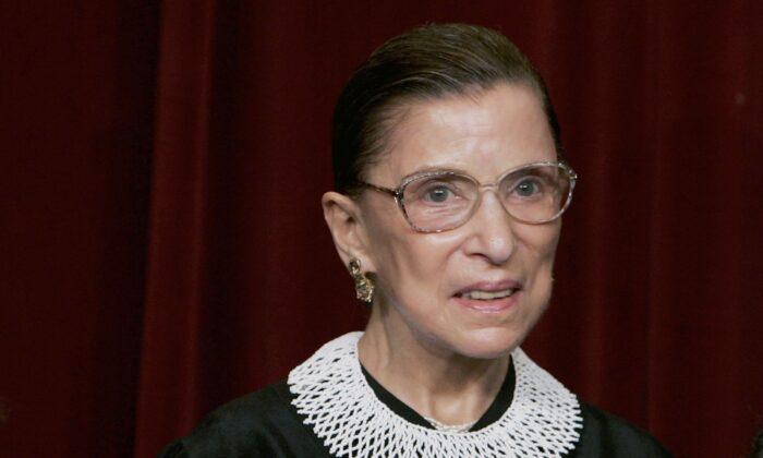 La jueza de la Corte Suprema Ruth Bader Ginsburg sonríe durante una sesión de fotos con fotógrafos en la Corte Suprema de los Estados Unidos en Washington el 3 de marzo de 2006. (Mark Wilson / Getty Images)