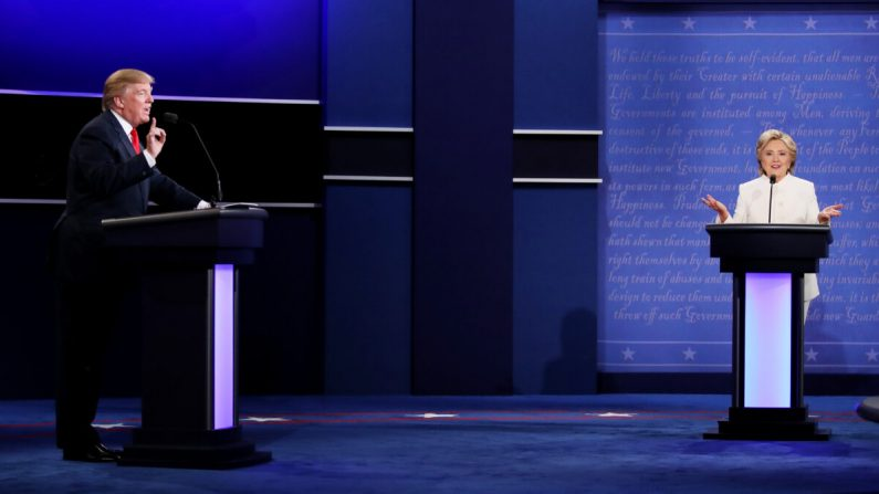 La candidata presidencial demócrata, la exsecretaria de Estado, Hillary Clinton (der.), debate con el candidato presidencial republicano Donald Trump en Las Vegas, Nevada, el 19 de octubre de 2016. (Drew Angerer/Getty Images)