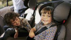 Amable policía compra asientos de auto para una madre de tres niños que no podía permitírselos