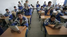 El régimen chino enseña a los estudiantes uigures a descuidar su lengua y cultura nativas