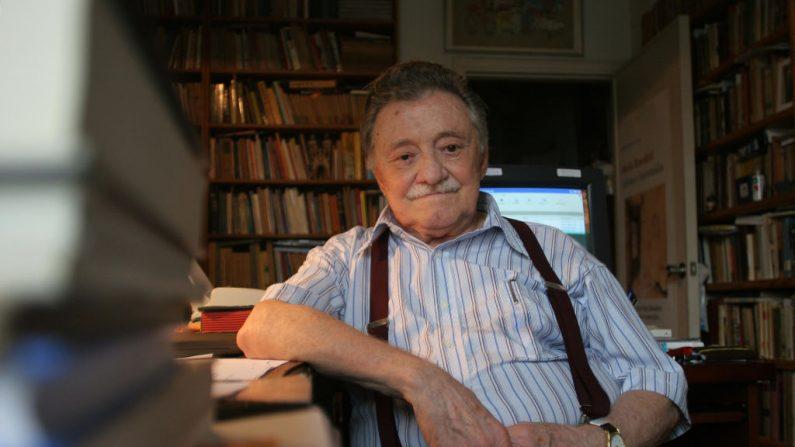 El escritor uruguayo Mario Benedetti posa en su casa de Montevideo (Uruguay) el 7 de enero de 2007. (PABLO BIELLI/AFP a través de Getty Images)