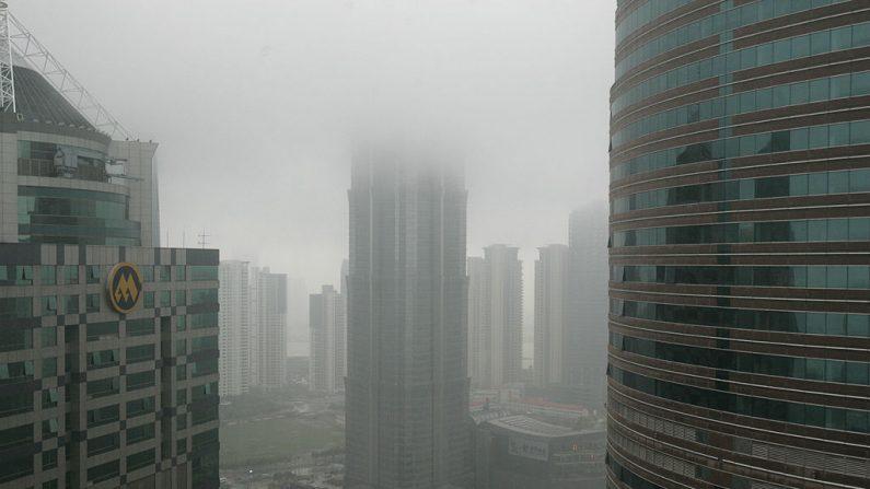 Las nubes se ven sobre los rascacielos en el distrito financiero de Lujiazui, el 27 de junio de 2008, en Shanghai, China. (Fotos de China/Getty Images)