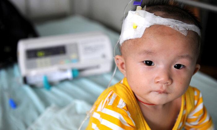 Un bebé, que sufre de cálculos renales después de beber leche en polvo contaminada, recibe tratamiento intravenoso en el Hospital de Niños de Chengdu, en la provincia china de Sichuan, el 22 de septiembre de 2008. (Fotos de China/Getty Images).