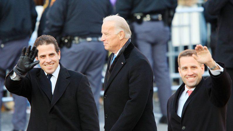 El exvicepresidente de Estados Unidos Joe Biden y sus hijos Hunter Biden (izq.) y Beau Biden participan en el desfile de toma de posesión presidencial en Washington, el 20 de enero de 2009. (David McNew/Getty Images)
