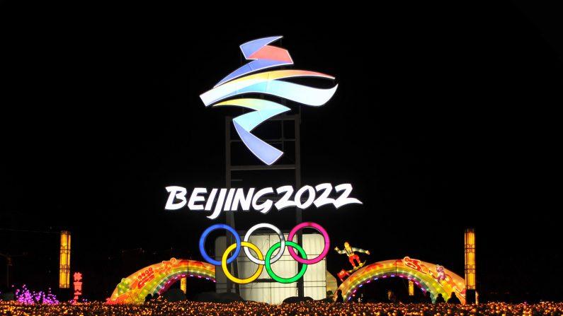 Una foto tomada el 25 de febrero de 2018 muestra una linterna del logo de los Juegos Olímpicos de Invierno de Beijing 2022 en un espectáculo de linternas en Zhangjiakou, en la provincia norteña de Hebei, en China. (-/AFP a través de Getty Images)