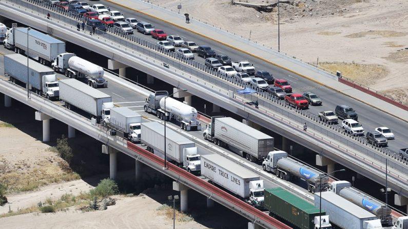 Camiones y autos en la Aduana y Protección Fronteriza de Estados Unidos, en el Puerto de Entrada de Ysleta, el 19 de junio de 2018 en El Paso, Texas. (Joe Raedle/Getty Images)