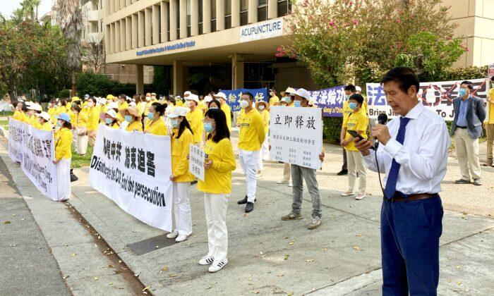 Practicantes de la disciplina espiritual Falun Gong se reúnen frente al consulado chino en Los Ángeles para sensibilizar sobre la persecución de Falun Gong en China, el 13 de septiembre de 2020. (Jack Bradley/The Epoch Times)