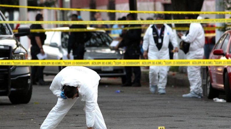 Una fotografía de archivo muestra a expertos forenses en una escena del crimen en Guadalajara, estado de Jalisco (México), el 18 de enero de 2019. (Ulises Ruiz/AFP/Getty Images)