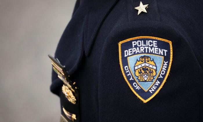 Un oficial de policía en una fotografía de archivo en la ciudad de Nueva York. (Drew Angerer/Getty Images)