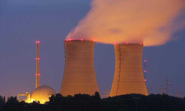 El vapor se eleva de las torres de refrigeración de la central nuclear de Grafenrheinfeld por la noche, cerca de Grafenrheinfeld, Alemania, el 11 de junio de 2015. (Sean Gallup/Getty Images)