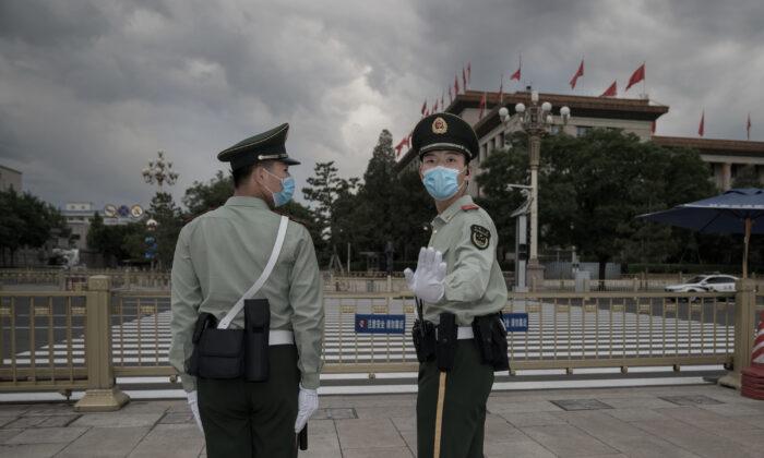 Soldados del Ejército Popular de Liberación montan guardia frente al Gran Salón del Pueblo, en la Plaza de Tiananmen, en Beijing, el 25 de mayo de 2020. (Andrea Verdelli/Getty Images).
