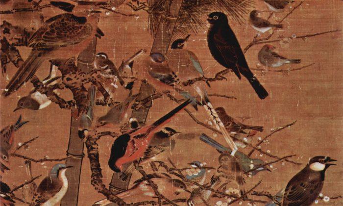 """Primer plano de una pintura de la dinastía Ming que representa a los """"Tres Amigos del Invierno"""", el pino, el bambú y el ciruelo en flor, titulado """"Tres amigos y 100 pájaros"""" por el artista Bian Wenjin, también conocido como Bian Jingzhao. (Dominio público)"""