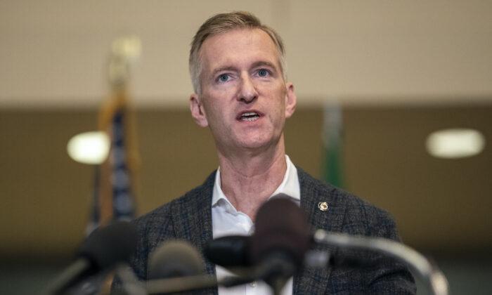 El alcalde de Portland, Ted Wheeler, habla con los medios de comunicación en el Ayuntamiento el 30 de agosto de 2020 en Portland, Oregon. (Nathan Howard/Getty Images)