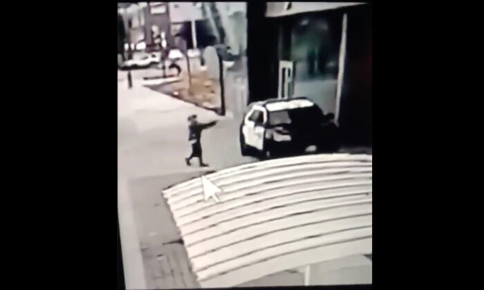 Un hombre dispara a dos oficiales del sheriff dentro de un coche patrulla del condado de Los Ángeles. (Captura de pantalla/Departamento de Sheriffs del Condado de Los Ángeles)
