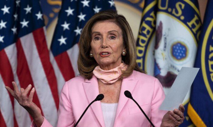 La presidente de la Cámara de Representantes, Nancy Pelosi (D-Calif.), habla durante una conferencia de prensa antes de la votación sobre la ley 'Cumplir con Estados Unidos' para proteger el sistema postal, en el Capitolio, el 22 de agosto de 2020. (Andrew Caballero-Reynolds/AFP a través de Getty Images)