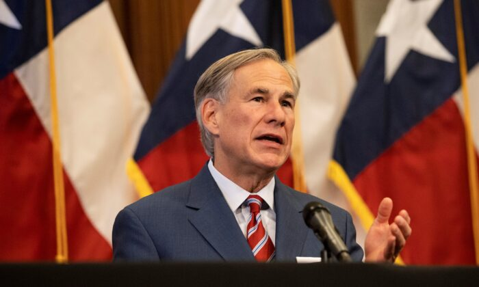El gobernador de Texas, Greg Abbott, en una conferencia de prensa en el Capitolio del Estado de Texas en Austin, Texas, el 18 de mayo de 2020. (Lynda M. Gonzalez/Pool/Getty Images)