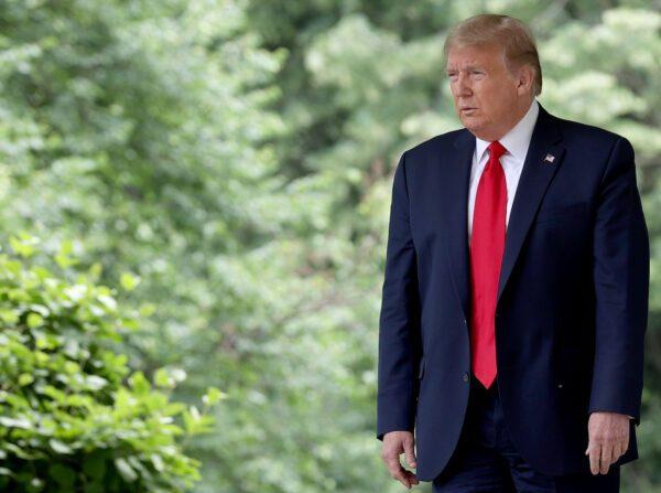 El presidente Donald Trump camina hacia la Rosaleda para hacer una declaración sobre las relaciones entre EE.UU. y China en la Casa Blanca, el 29 de mayo de 2020. (Win McNamee/Getty Images)