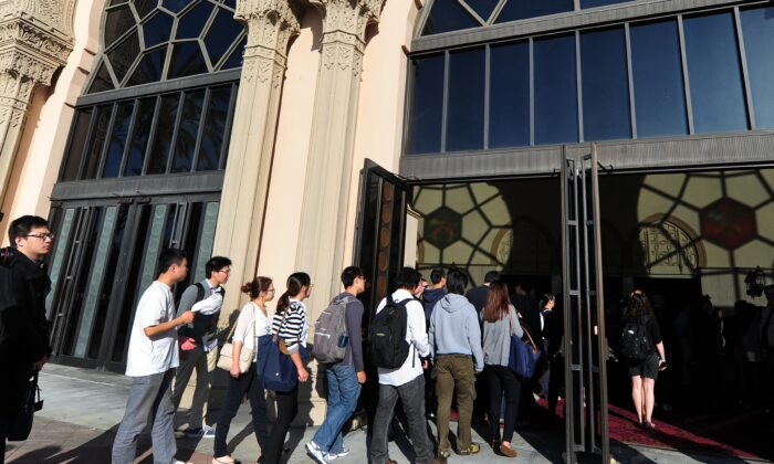 Varios estudiantes de la USC asisten a un servicio conmemorativo en Los Ángeles, California, el 18 de abril de 2012. (Frederic J. Brown/AFP vía Getty Images)