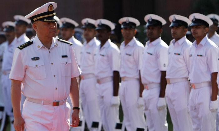 El comandante de la armada del Ejército de Liberación Popular China (EPL), Wu Shengli (Izq.), inspecciona una guardia de honor en Nueva Delhi, India, el 3 de noviembre de 2008. (Manan Vatsyayana/AFP vía Getty Images)