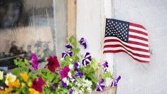 Mujer de 73 años rompe asta de bandera americana luchando contra un intruso, policía compra una nueva